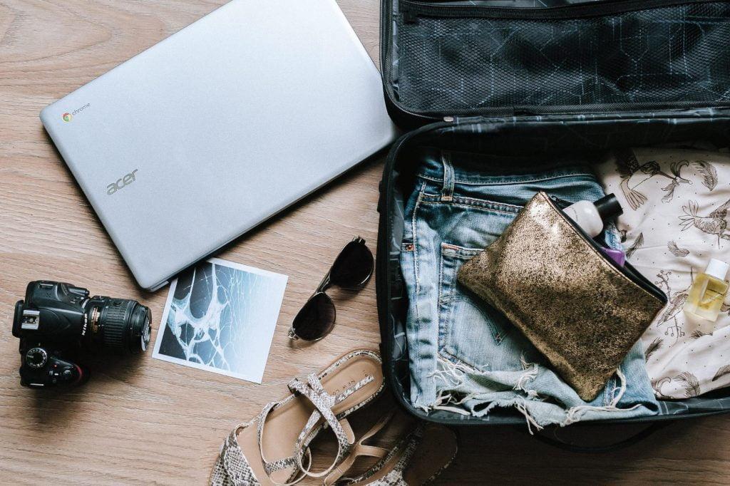 Чемодан для путешествий - трендовый летний товар